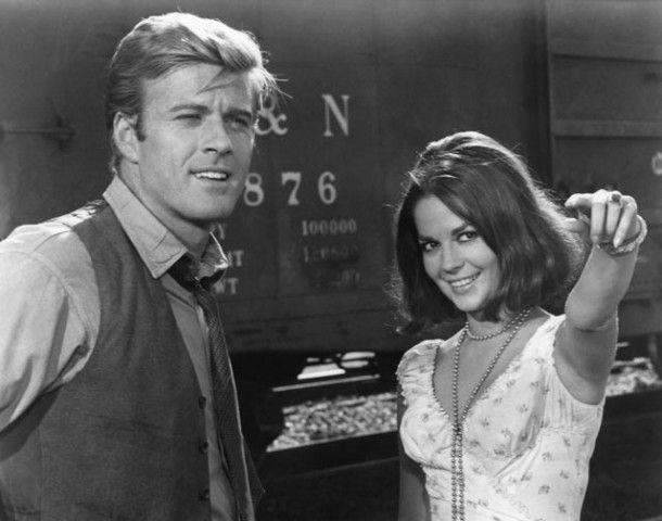 1966. Robert Redford ancora con Natalie Wood in una scena di Questa ragazza è di tutti, diretto da Sydney Pollack e ispirato a un atto unico di Tennessee Williams del 1946. Secondo alcune biografie i due attori si sarebbero innamorati proprio durante queste riprese.