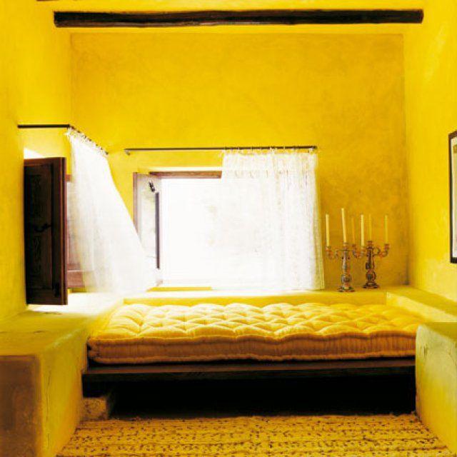 Des pigments jaune d'or dans du lait de chaux - Marie Claire Maison