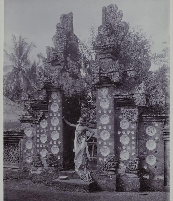 Een Zuid-Balinese vrouw staand in een poort in Bangli