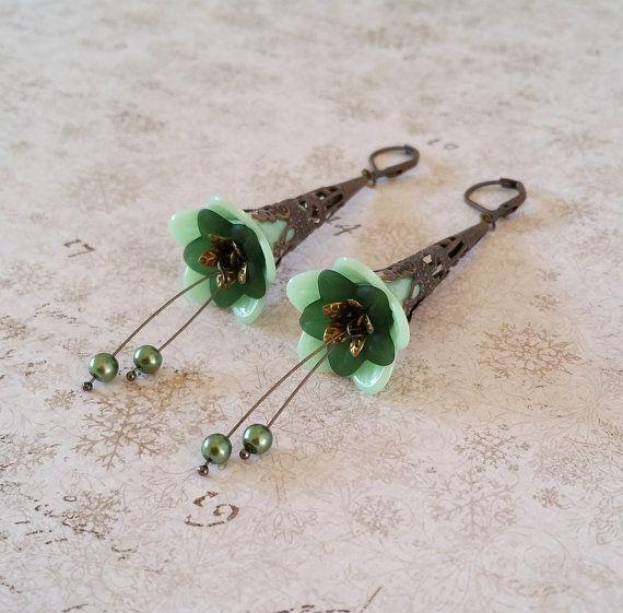 Mint groene bloem oorbellen Groene lucite door HoneyBeads1Official