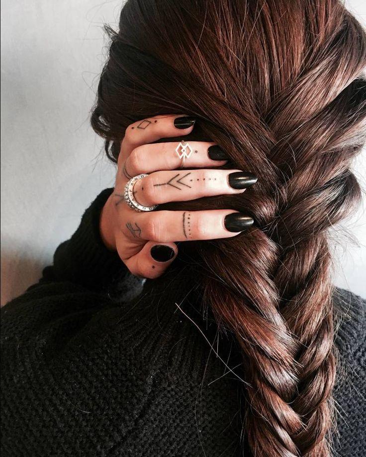 Artista Tatuador: Giulia Marotta. Tags: estilos, Minimalistas, Line Art (arte de línea), Figuras geométricas, Líneas, Puntos, Otros, Ornamental. Partes del cuerpo: Dedos.