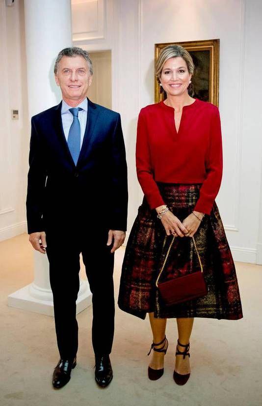 """Koningin Máxima is vanmiddag in Quinta de Olivos, de officiële residentie van de Argentijnse president Maurico Macri, ontvangen voor een werkbespreking en aansluitende privélunch. Daarbij was ook zijn echtgenote Juliana Tawada aanwezig. ,,Ik ben voor het eerst in Olivos"""", aldus de koningin."""