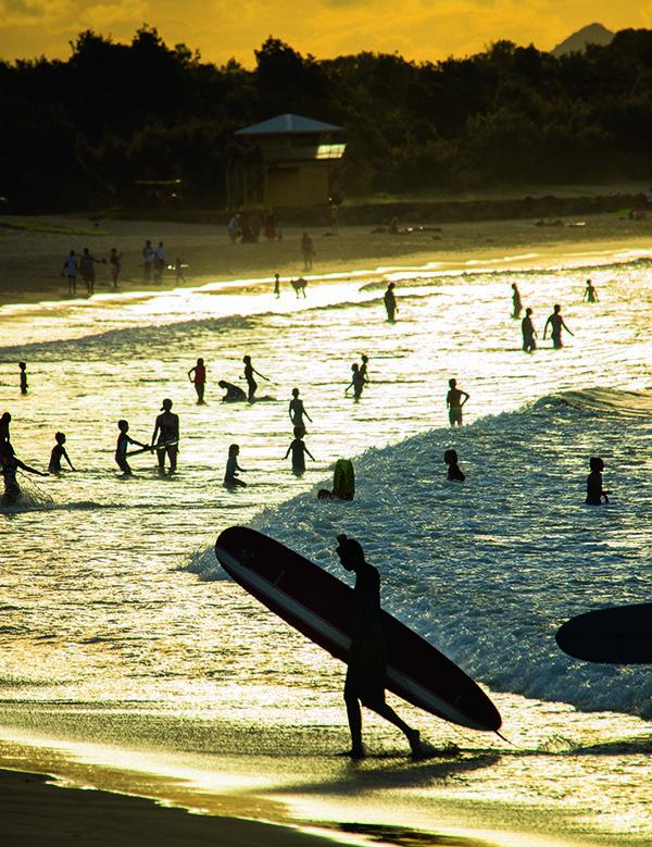Queensland har allt. Långa stränder ut mot Stora Barriärrevet med snorkling och dykning i världsklass, cowboyliv på gigantiska rancher, samt trendigt bar- och restauranghäng i Brisbane, Noosa och Cairn. För att inte tala om regionens rika djurvärld. Fotografen och skribenten Jörgen Ulvsgärd har provat en del av vad den australiska östkusten har att erbjuda.