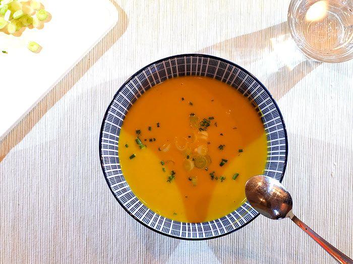 Romige wortel-preisoep met bieslook en lenteui