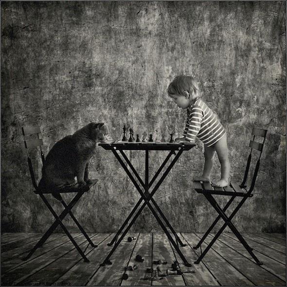 Le photographe russe, Andy Prokh a pris ces délicieuses photos de sa jeune fille Catherine avec leur chat (un british shorthair gray). Il met en scène ces deux protagonistes dans des situations un peu improbables et drôles (partie d'échec, problèmes mathématiques, cours de musique…)     Chaque image illustre une complicité et une réelle amitié entre cette petite fille et son animal de compagnie. L'esthétique de l'image en noir et blanc plonge le spectateur dans un univers doux et poétique.