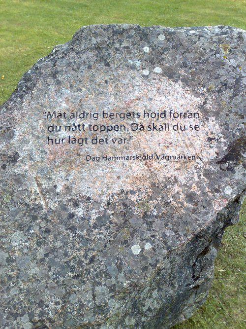 Kloka ord av Dag Hammarskjöld på en sten
