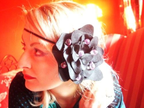 Cerchietto elastico per capelli, stile charleston con fiore applicato e ricamato