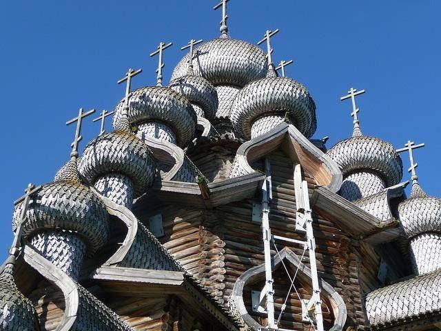 Cúpulas de la Iglesia medieval de madera de la Transfiguración, en la Isla de Kizhi, Rusia.