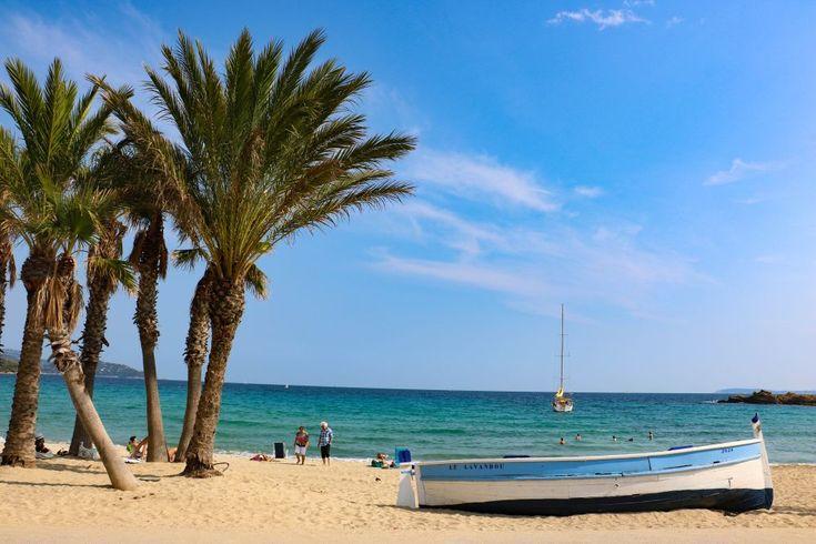 La plage Saint Clair, et sa barque bleue.
