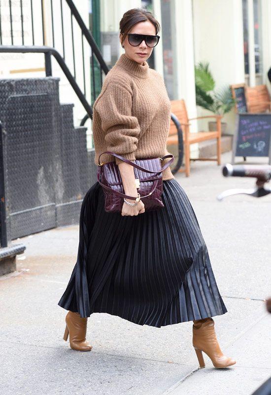 Victoria Beckham likes to rock a metallic skirt, so chic. Moda Victoria Beckham, Victoria Beckham Outfits, Victoria Beckham Style, Victoria Beckham Fashion, Pleated Skirt Outfit, Metallic Pleated Skirt, Skirt Outfits, Pleated Skirts, Metallic Skirt Outfit