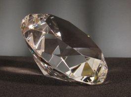 Pieza de cristal decorativa de 10 cm con forma de diamante. Puede utilizarse como pisapapeles.     Presentado en caja de regalo con la opción de personalizar con distintos tipos de letra. En caso de grabar nombre completo, siempre sería con el tipo de letra inglesa.    Disponible en distintos tamaños.