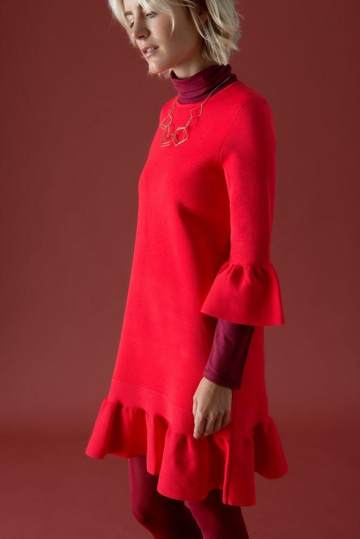"""Vergessen Sie die vornehme Zurückhaltung, denn Rot allover macht Spaß und ist ein Blickfang. Insbesondere an trüben Herbst- und Wintertagen ist unesr viertes Outfit zu """"Proud in Red"""" das Rezept für gute Laune. Das süße TED BAKER Kleid mit Volants erhält durch die farbliche Unterstützung in Form von Pullover und Strumpfhose noch mehr Extravaganz."""