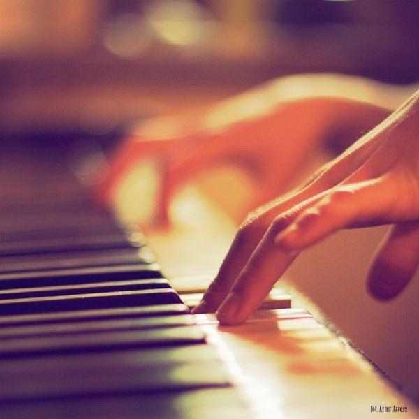 Sur cette photo prise, on remarque uniquement la première main qui joue du piano , le reste de l'image est flou.