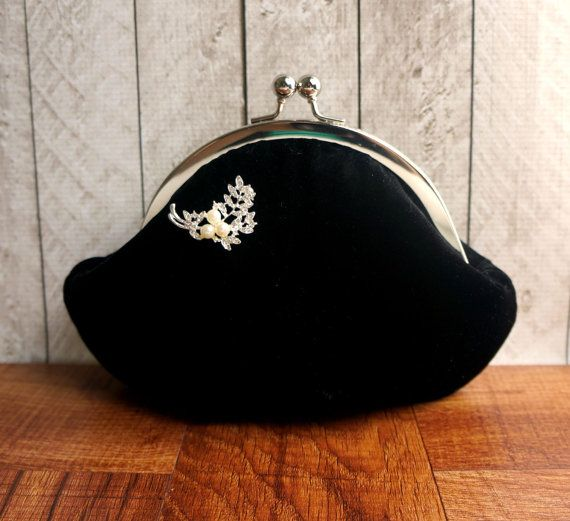 Bracelet sac petite soirée noir avec broche perle et strass, pochette de velours…