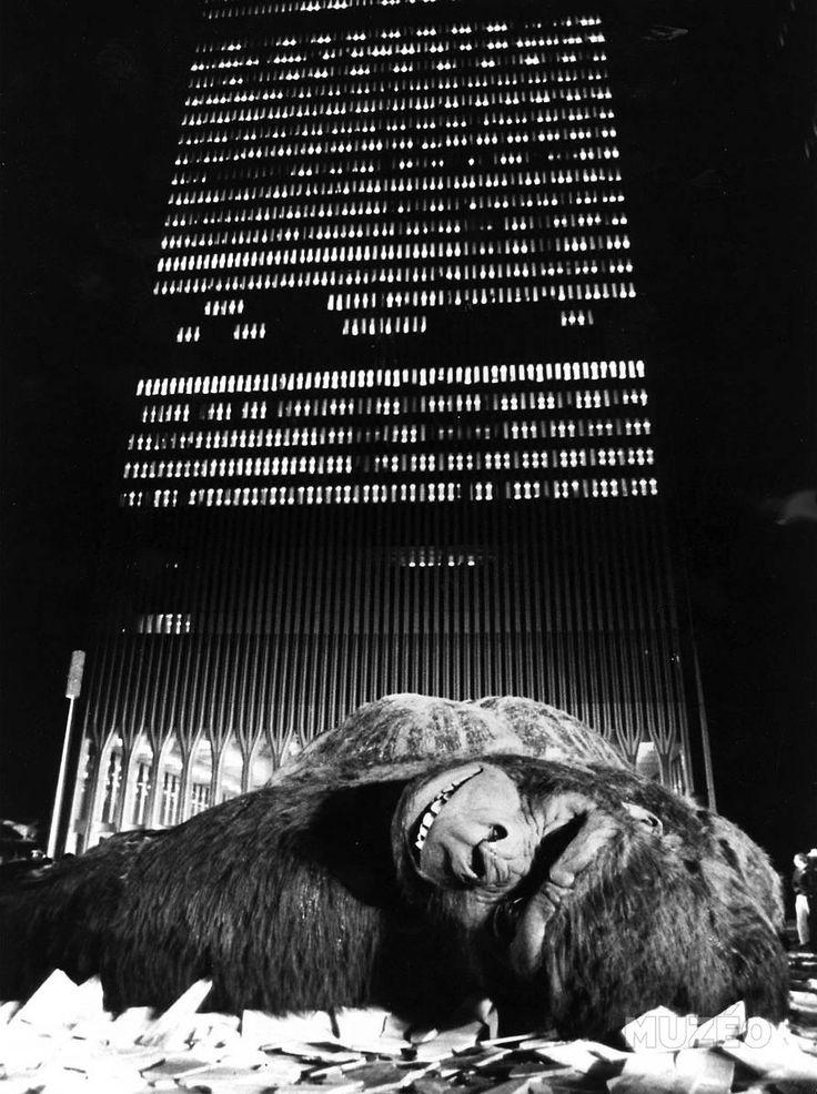 Muzéo, Edition d'art et de photo   King Kong (King-Kong) Film de John Guillermin de 1976.- produit fini de Anonyme ©Aldo Liverani/Leemage #photography #dreamlike #cinema #kingkong #building