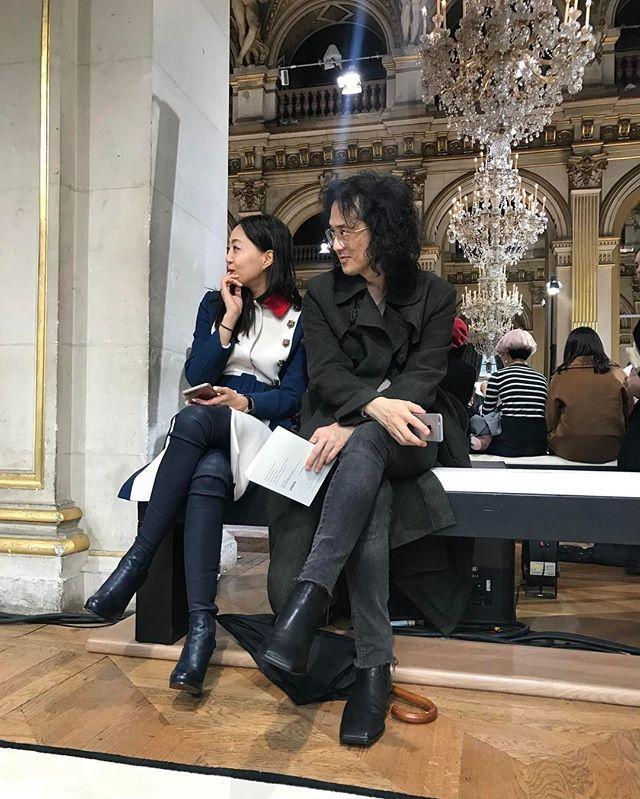 파리 패션 위크 Day2! 부크라 자라의 랑방 컬렉션 프론트 로에서 쇼를 감상중인 편집장(@shinkwangho) 과 디지털 디렉터(@jiyoungkim6364) 입니다마린과 카키 코트로 각기 다른 밀리터리 룩을 연출했군요 _ Here are the #EditorinChief and #DigitalDirector of #VogueKorea watching #BouchraJarrar's #Lanvin #FW17 collection on Day 2 of #ParisFashionWeek. #MilitaryStyle #PFW #LanvinFW17 #Vogue #巴黎 #时装周 #服装秀 #今日穿搭  via VOGUE KOREA MAGAZINE OFFICIAL INSTAGRAM - Fashion Campaigns  Haute Couture  Advertising  Editorial Photography  Magazine Cover Designs  Supermodels  Runway…