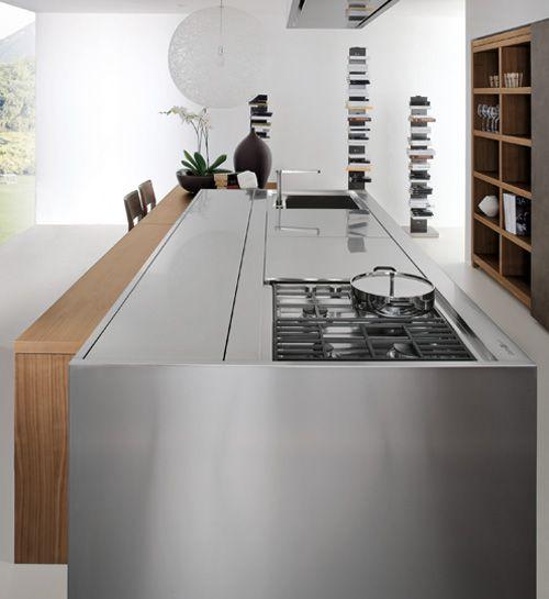 Mueble en acero inoxidable con despensa, placa y fregadero ocultos.