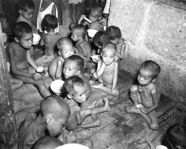 """Японские сироты, чьи родители погибли или, которые были брошены во время битвы за Окинаву (кодовое название: операция """"Айсберг""""). Детдом """"Коза"""". Сумиеси, Окинава, Япония. Июнь 1945 года."""