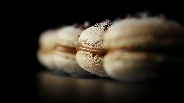 Carte Noire Recette filmée #1 Macarons. Recette filmée : Les Macarons, désir de croquant.      © Inspiré de la recette des Macarons Café - Chocolat Blanc, tirée du livre