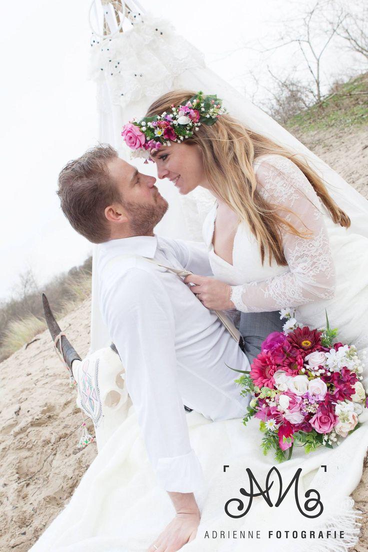 Bohemian Summer bruidegom & bruid Tim en Stephanie Akkerman romantisch met bruidsboeket.