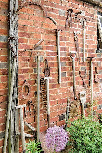 Výstavka starého nářadí. Jeho rustikální nádech bezchybně zapadá do tradiční venkovské zahrady.