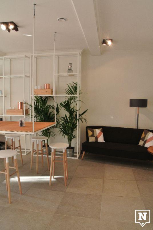 Romain Roquette in Gent, Oost-Vlaanderen // Een reden om naar RR af te zakken: het interieur. De gevel van de voormalige bakkerij Stacino werd afgebroken en in de plaats kwamen plafondhoge ramen die bij mooi weer volledig open staan. Gaspard en Blissconcept namen het ontwerp en de binneninrichting op zich met als resultaat een mooie mix van hout en wit. Hier ben je even in de weer met accessoires kijken. #BAD #BelgiumArtDesign #Belgian