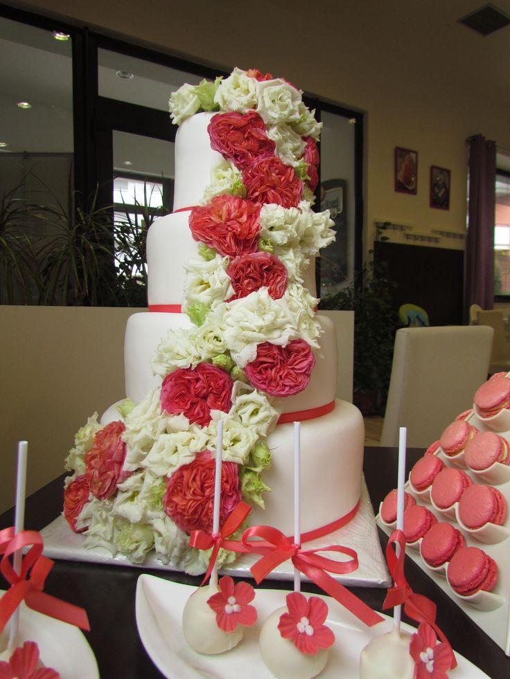 Svatební dort zdobený živými květy - laděno do korálové barvy