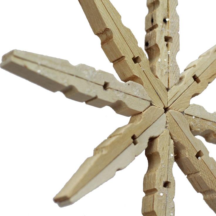 Wooden Clothespin Snowflake Ornament #Christmas #DIY _ Fiocchi di neve ornamentali da appendere all'Albero di natale, usando delle mollette di legno #FAIDATE