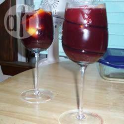 Sangria Barcelona Style Ingrediënten  Porties 6: 1 citroen, in schijfjes 1 sinaasappel, in schijfjes 3 eetlepels donkerbruine basterdsuiker 45 ml wodka 45 ml cointreau of triple sec 45 ml jenever 60 ml limonade 60 ml sinas, zoals Fanta of Orangina 180 ml ananassap 180 ml sinaasappelsap 1 schep ijsklontjes 1 fles (750 ml) droge rode wijn