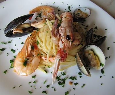 Spaghetti allo scoglio./Spaghetti with seafood