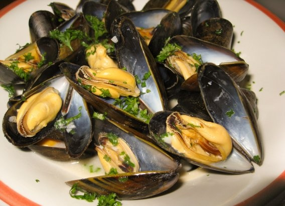 Ina Garten's mussels with white wine & garlic ~ fiancé's favorite