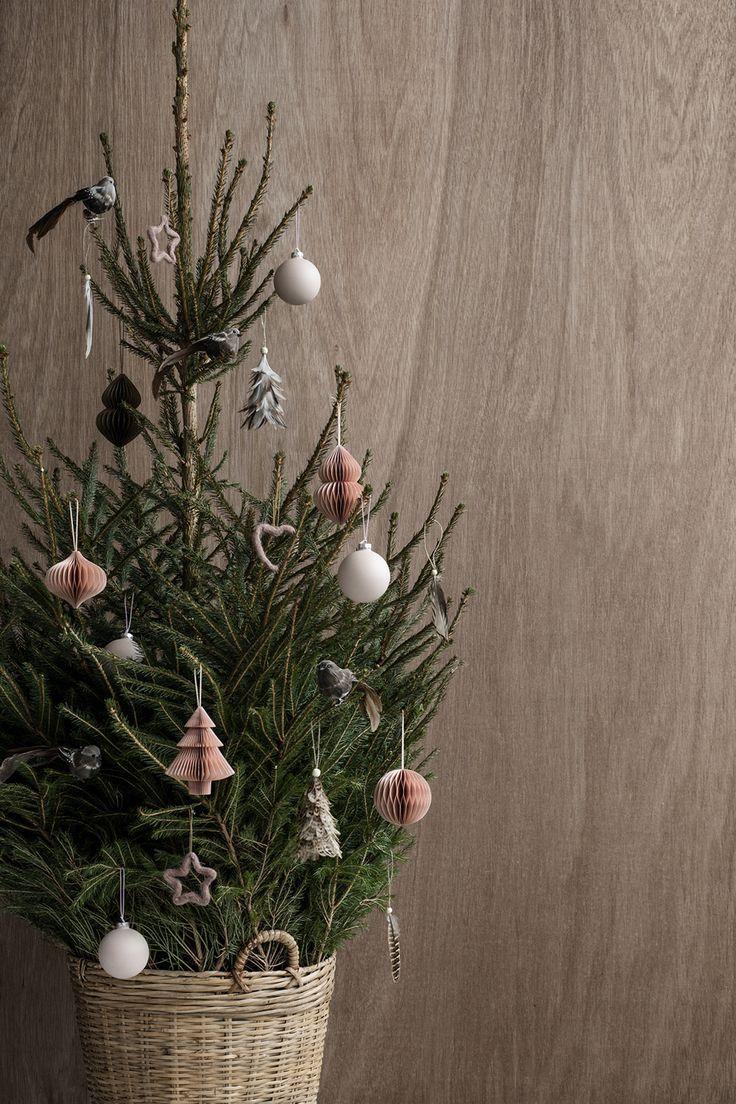 on adore le contraste avec le mur en bois   une belle astuce pour mettre en valeur votre sapin