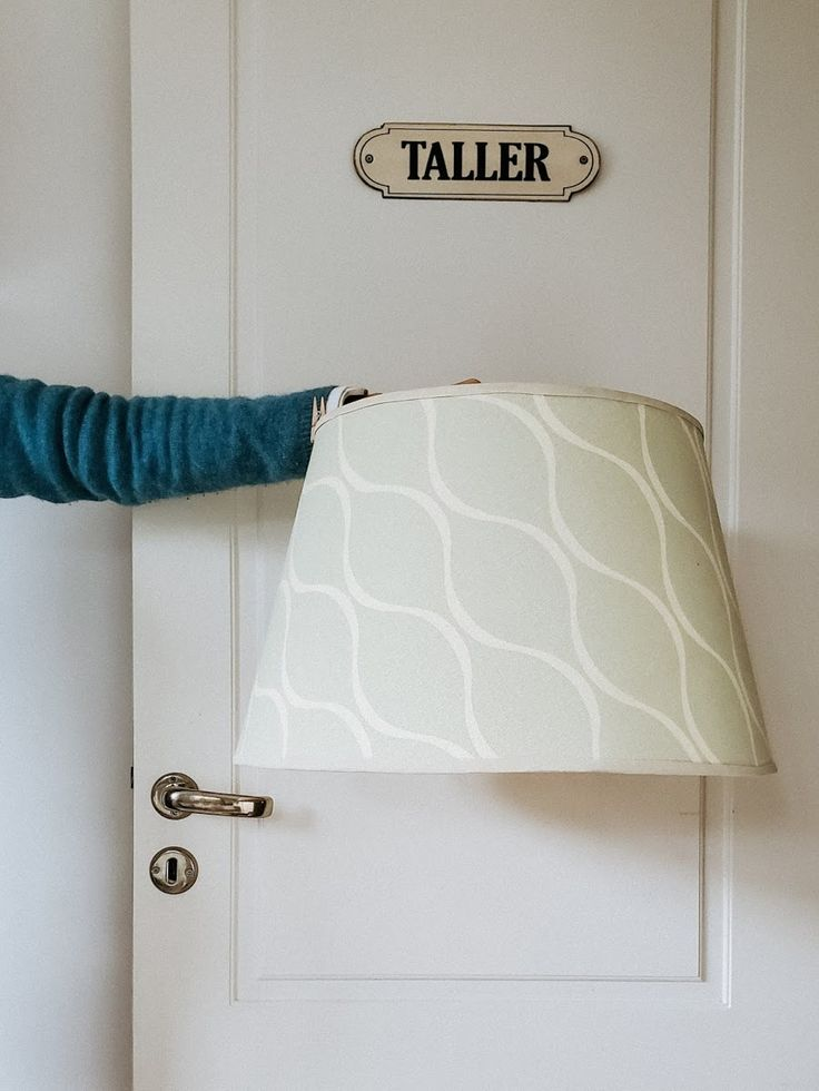 Nueva vida para una pantalla - DIY / Vero Palazzo - Home Deco Toilet Paper, Projects To Try, Labor, Palazzo, Home Decor, Ideas, Molde, Lamp Shades, Bias Tape
