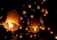 Partij van 25 Wens Ballonnen van Wens-Ballon.nl    Wensballonnen zijn miniatuur hetelucht ballonnen, door de brander wordt de lucht in de wens ballon verwarmt, de warme lucht zorgt ervoor dat de wens ballon stijgt en langzaam wegdrijft en dit levert een prachtig schouwspel op. Wanneer de vlam in de wensballon dooft zal de ballon nog even blijven zweven en vervolgens langzaam zakken.