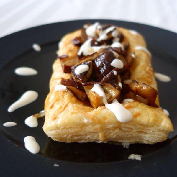 Svamp på parmesanbakad smördegsmacka. Mushrooms on parmesan baked puff pastry