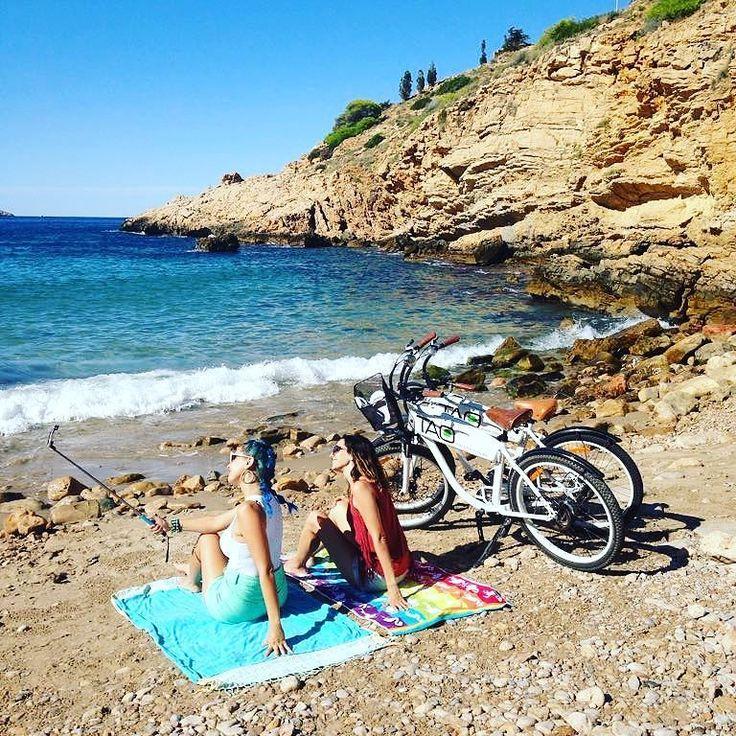 Sabes donde está esta playa?? Solas en la playa relax bicis y al ladito de #Benidorm qué más se puede pedir?? #bikes #beach #costablanca #ebike #electricbike #bicis #bicicletas #sunday #sunny #relax #playa #calas #selfie