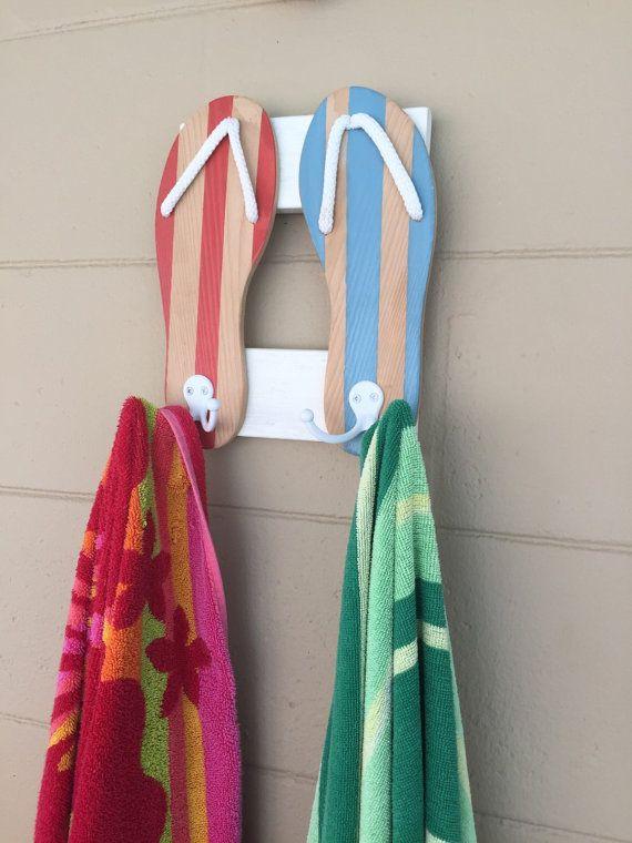 Porte-serviette bois tongs fabriqués à la main et peint.  Des couleurs personnalisées sont les bienvenus sil vous plaît envoyer vendeur un message