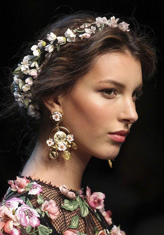 Underbara blomstrande hårdetaljer från Dolce & Gabbanas vår-sommarvisning 2014 #fläta #uppsättning # bröllop #fest #sommar