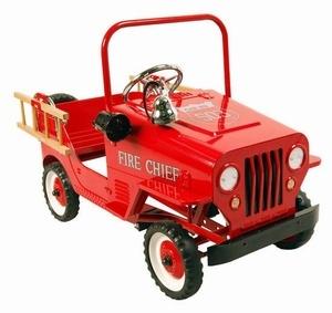 *PEDAL CAR ~ Marquant Brandweer Jeep 9602, Metalen Trapauto. Gebaseerd op de stijl van brandweerwagens van vroeger, is deze kinderreplica een prachtig exemplaar voor jong om zich heerlijk mee te vermaken of voor oud als verzamelobject. Prachtig voor in de woonkamer en een eye catcher ook voor buitenshuis, kan een kind zich met deze wagen zich perfect een brandweerman voelen door de afneembare trappetjes, als ook het alarmsysteem.