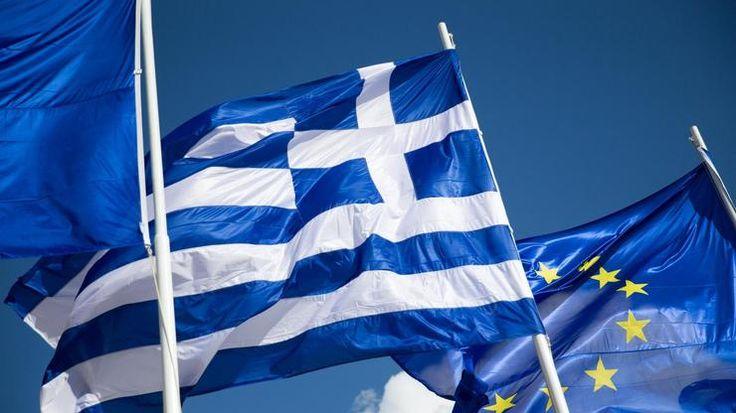 huGO-BildID: 45688261 ARCHIV - Die griechische Flagge zwischen zwei Europafahnen, aufgenommen am 26.... - Michael Kappeler/dpa +++(c) dpa - Bildfunk+++