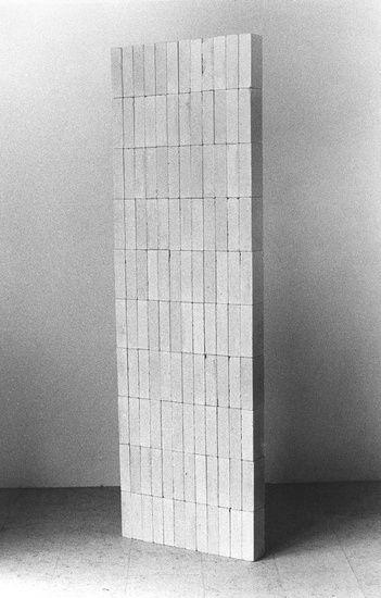 Nico Kok - Stapeling, 120 kalkzandstenen en 9 stroken papier