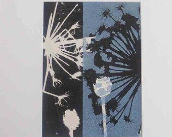 Originele botanische monoprint door graficus Stef Mitchell. Kust zaad hoofden. Moderne boho bloemenprint. Dusky hemelsblauw muur kunst