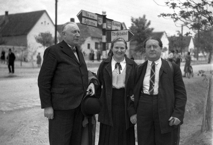 Budaörs, csoportkép az útelágazásnál (mai Károly király utca - Szabadság út??), 1940.