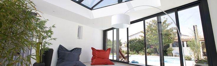 extanxia, véranda concept alu,vue intérieur sur piscine et puits de lumière espace détente