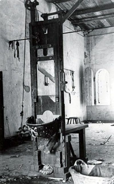 Damaged guillotine in the death house of the Plotzensee prison where thousands were murdered by the Nazis. Source: GUILLOTINE HOME PAGE