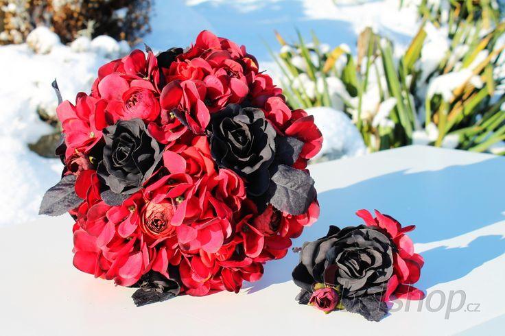 Netradiční svatební kytice v gothic stylu. Červeno-černá svatební kytice vč. korsáže. Umělá svatební kytice. Gothic styl.