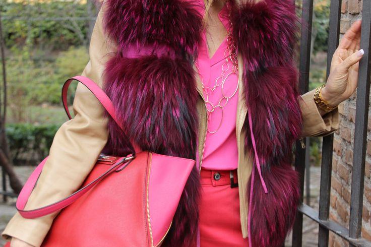 Bolso rojo y Rosa, pantalón en rojo, chaleco de piel fucsia, camisa en rosa, cazadora de piel en tostado.