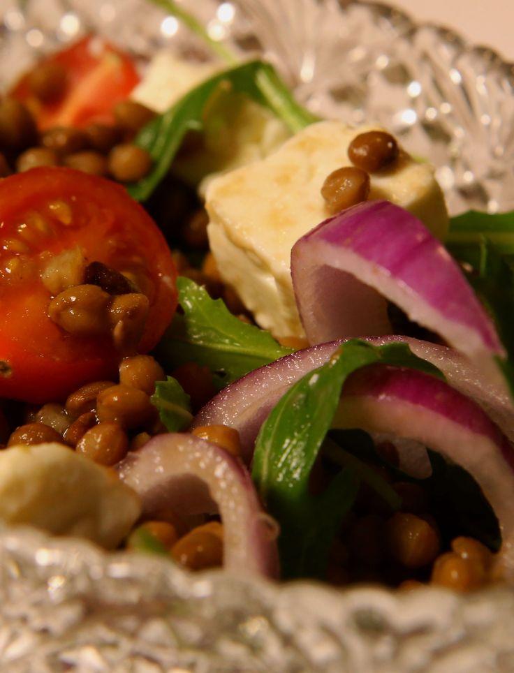 Peulvruchten zijn gezond en kunnen prima vlees vervangen. Dit recept met linzen, rucola en geitenkaas kun je zowel snel als slow maken. Populair op mijn blog!  http://www.slowfoodies.nl/gezond/linzen-met-geitenkaas-en-rucola/