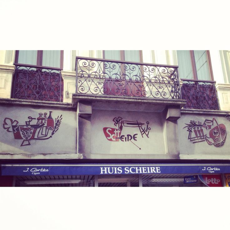 Afgaande op de tekeningen verkocht  Huis Scheire vroeger voedsel en drank. Nu is het vooral een krantenwinkel en sigarenzaak. (16/365) #gent...