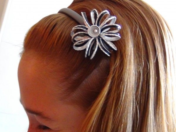 Headband with flower made of recycled Nespresso coffee capsules. Site in Italian but with detailed photo tutorial.